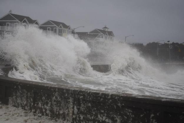 Hurricane Sandy: waves break the breakers in Rhode Island.